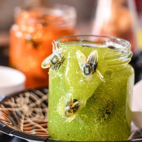 Slime para halloween verde con insectos