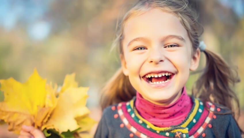 niña con hoja tendencias de moda infantil para el otoño-invierno