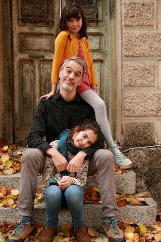 Daniel Bezares con sus hijas gemelas
