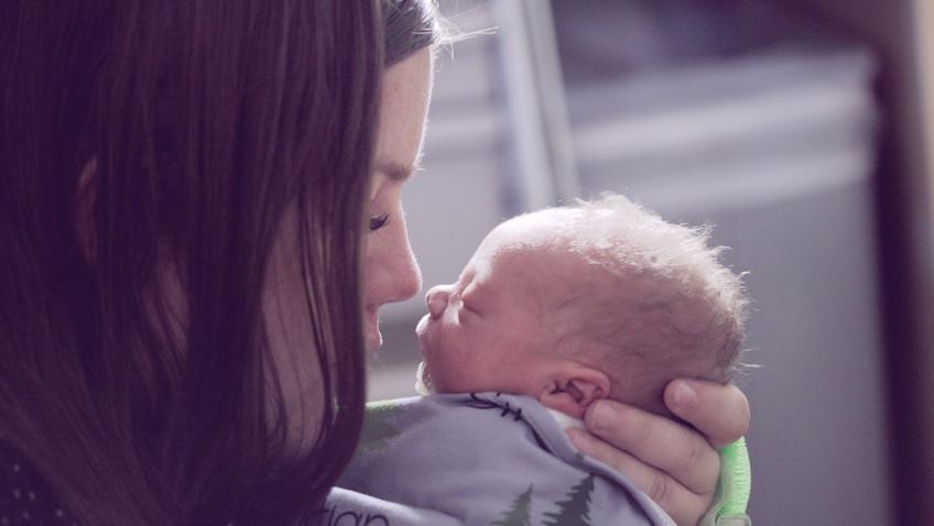madres responden de forma diferente al llanto de los bebés que los padres