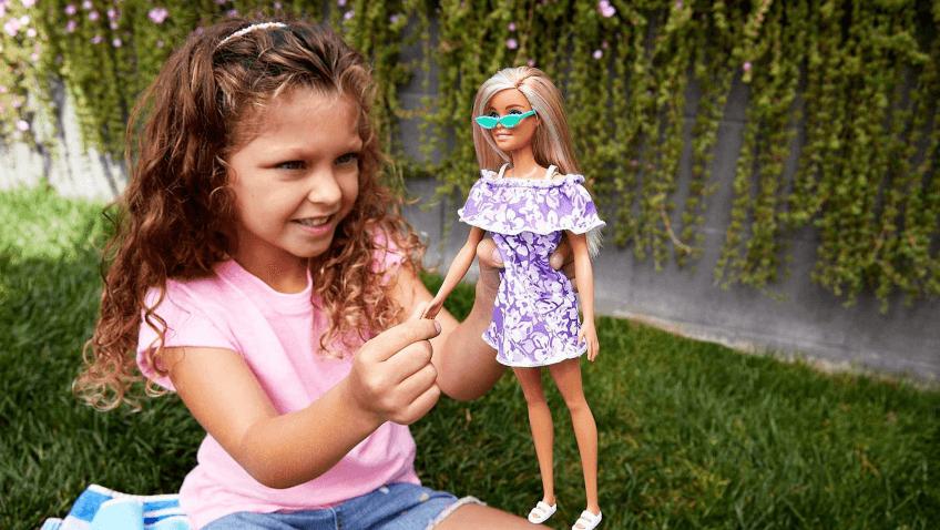Muñeca barbie hecha de plástico reciclado